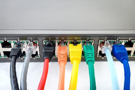 Commutateur réseau avec des câbles réseau connectés colorées Banque d'images - 39023053