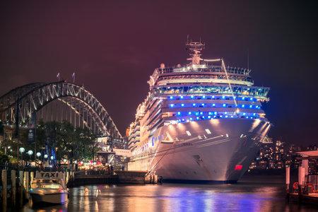 シドニー、オーストラリア - 2015 年 11 月 7 日: コスタ Luminosa クルーズ船がシドニー国際旅客ターミナル次のクルーズのために出発する準備ができて 報道画像