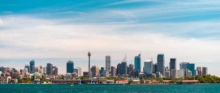 cielo azul: Vista panorámica en la ciudad de Sydney horizonte urbano de los llanos occidentales con el cielo azul y las nubes en un día brillante