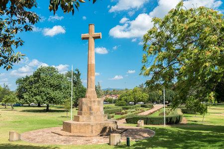 sacrifice: Adelaide, Australia - 3 de enero, 2016: cruz del sacrificio Memorial Gardens en un día brillante. Es una parte del monumento de guerra de la Mujer y se encuentra frente a la catedral de San Pedro en los jardines de Pennington