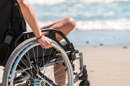 paraplegic: mujer con discapacidad en silla de ruedas en la playa Foto de archivo
