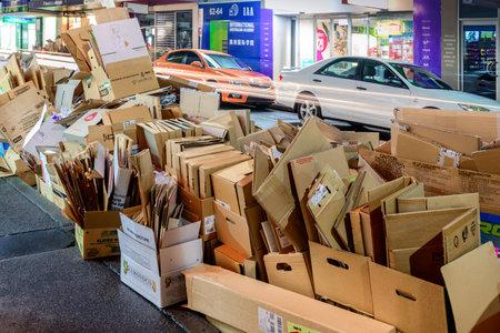 reciclable: Adelaida, Australia del Sur - 11 de agosto de, 2015: día de recolección de residuos reciclables en la ciudad de Adelaida. Vista nocturna de la calle con cajas de papel