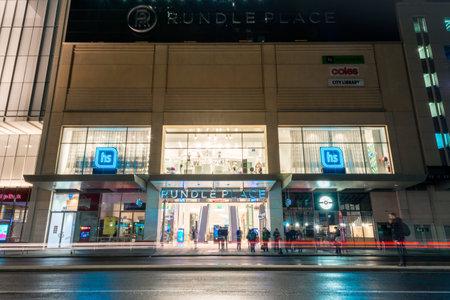 Adelaide, Zuid-Australië - 11 augustus 2015: Mening bij Rundle Place met mensen aan de bushalte. Rundle Place is zeer beroemde winkelcentrum in Adelaide Redactioneel