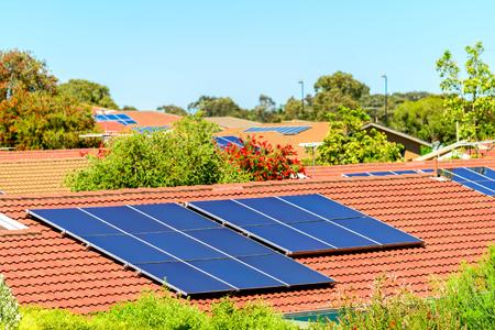 Zonnepanelen op het dak in Zuid-Australië worden geïnstalleerd dat
