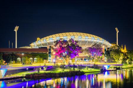 アデレード, オーストラリア - 2017 年 4 月 16 日: アデレード オーバル夜間点灯トレンズ川を渡る歩道橋に
