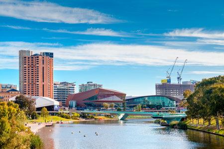 hospedaje: Adelaide, Australia - 2 de diciembre de 2016: Horizonte de la ciudad de Adelaida en un día visto a través del río Torrens en Elder Park en un día brillante