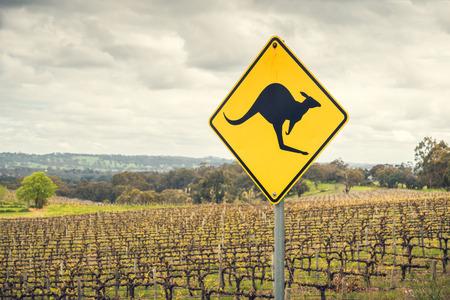 Kangoeroe verkeersbord aan een kant van een weg in de Adelaide Hills wijn regio, Zuid-Australië