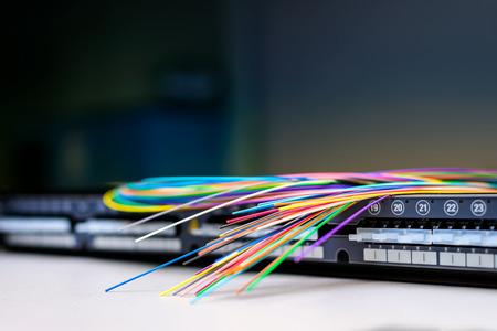Cabos de fibra ótica no topo da prateleira do painel de distribuição de patch para redes corporativas