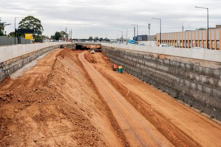 Adelaide, Australien - 10. Januar 2018: Torrens Road to River Torrens-Projekt im Bau Ansicht entlang South Rd an einem Tag. Die Fertigstellung einer neuen sechsspurigen 4 km langen Straße ist für 2018 geplant und kostet 896 Millionen australische Dollar
