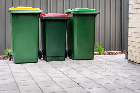 Bidoni della spazzatura domestici australiani per il riciclaggio, l'acqua generale e verde forniti dal consiglio comunale locale