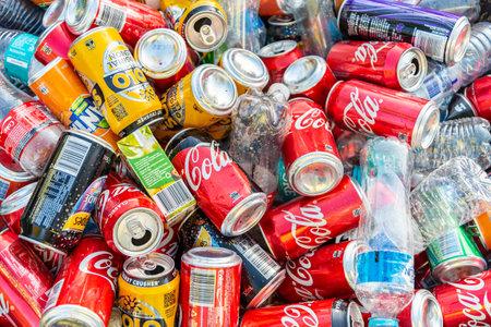 Adelaide, South Australia - 6. Mai 2018: Haufen von Softdrinkdosen und Plastikflaschen, die nach der öffentlichen Veranstaltung gesammelt und zum Recycling bereit sind?