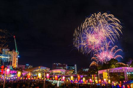 Adelaide, Australien - 19. Oktober 2019: Spektakuläres Feuerwerk während der Feier zum Mondlaternenfest im Elder Park bei Nacht