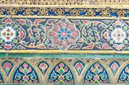 revestimientos: Esculturas, estuco, revestimientos de azulejos, arte mural tailandesa, Wall en Phra Kaew en Bangkok, Tailandia, Pintura Arte P�blico Foto de archivo