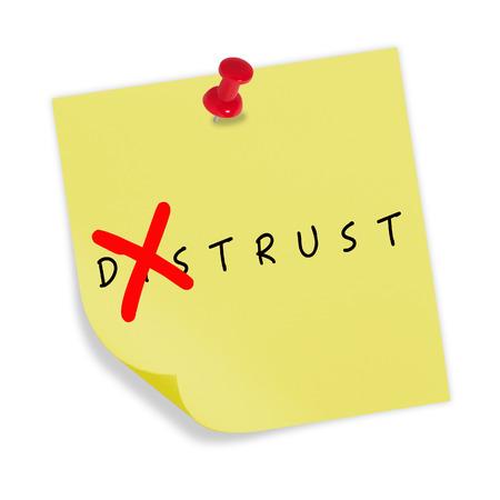 desconfianza: Papel amarillo con el pin rojo sobre fondo blanco. Cambio de la palabra la desconfianza a la confianza. Foto de archivo