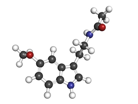 molekuul: melatonin hormone, molecular model. Melatonin plays a role in regulating the daily biological cycle (circadian rythm). Atoms are represented as spheres with conventional color coding: hydrogen (white), carbon (grey), oxygen (red), nitrogen (blue) Stock Photo
