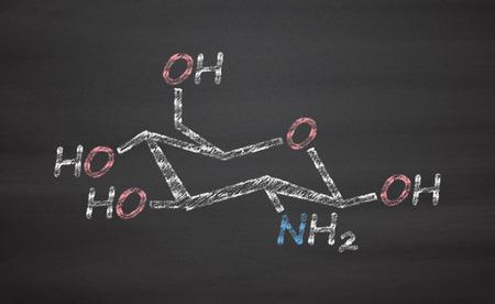 artrosis: La glucosamina molécula de suplemento dietético. Se utiliza en el tratamiento de la osteoartritis. Tiza en la pizarra estilo de ilustración. Foto de archivo