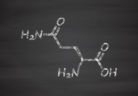 amoniaco: Glutamina (L-glutamina, Gln, Q) molécula de ácido amino. Tiza en la pizarra estilo de ilustración.