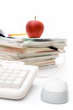 Pile de manuels scolaires connect�s � clavier d'ordinateur