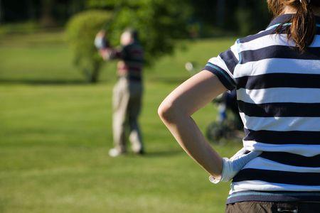 teen golf: Senior hombre jugando al golf con su grandaughter  Foto de archivo
