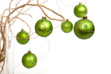 Green boules de No�l suspendu � branches en or boucl�s Banque d'images