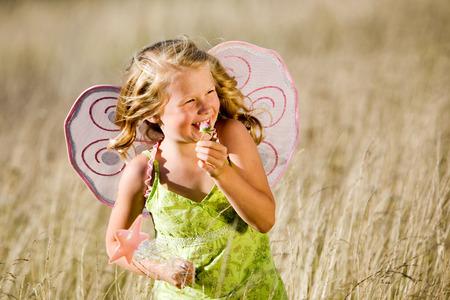 Little gilr avec des ailes de papillon et de baguette magique