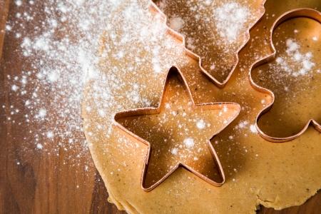 galletas de jengibre: Hornear galletas navidad con motivo de �rboles y estrellas  Foto de archivo