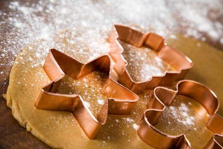 biscotti di natale: Cuocere i biscotti di Natale con motivo stella e albero Archivio Fotografico