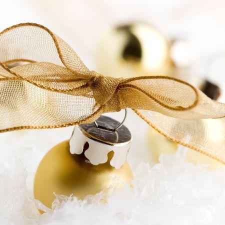 Golden ornements de No�l blanc sur la neige artificielle  Banque d'images