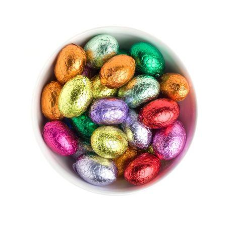 Colorful oeufs de P�ques en chocolat dans un bol blanc Banque d'images