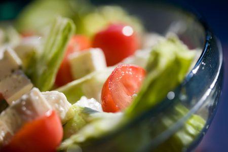 pignons de pin: Salade de feta avec des tomates et des noix de pin grill�es Banque d'images