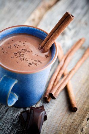 ココア: シナモンスティック ブルーのカップのホット チョコレート