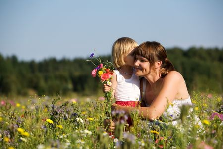 Mignonne petite fille au milieu des fleurs