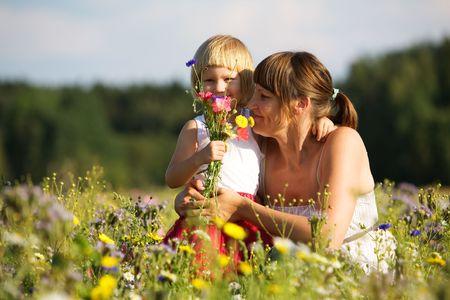可爱的小女孩站在花丛中