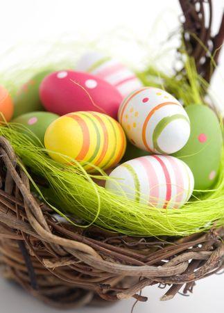 pascuas navide�as: Colorful pintado huevos de Pascua en cesta marr�n
