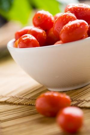 tomate cherry: Detalle de tomates poco con gotas de agua