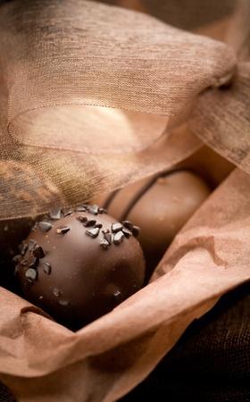 truffe blanche: Gros plan de pralines au chocolat avec focus peu profondes