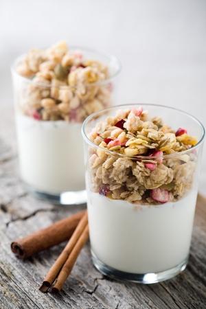 yogur: Yogur natural con muesli en peque�o de vidrio