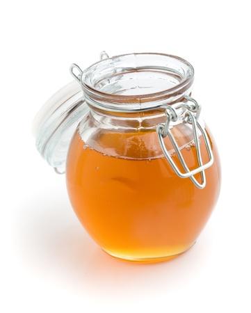 jarabe: Miel l�quida en frasco de vidrio, blanco aislado fondo