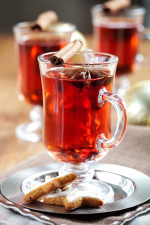 mulled wine: Mulled wine with cinnamon sticks and gingerbread cookies