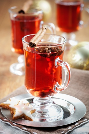 spiced: Mulled wine with cinnamon sticks and gingerbread cookies
