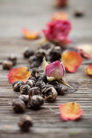 バラの蕾と新鮮な緑の茶葉