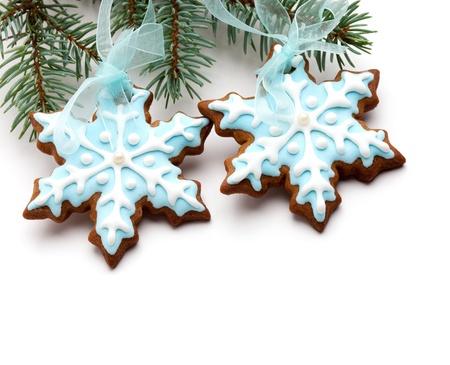 galletas de navidad: Primer del copo de nieve de galletas de jengibre que cuelga de �rbol