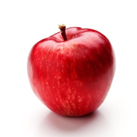 manzana roja: Manzanas rojas en un tazón blanco, aislados en blanco