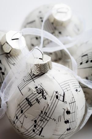 iconos de música: Navidad adornos hechos de libro de m�sica viejo Foto de archivo