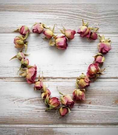 カラフルな乾燥されたバラの蕾から作られた心