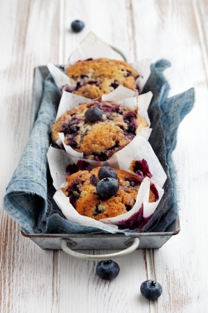 紙カップケーキ ホルダーに自家製のブルーベリーのマフィン