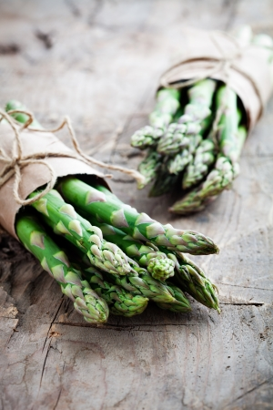 Bunch of fresh asparagus on wooden table Stockfoto
