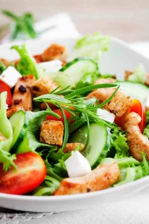 croutons: Salad with roasted chicken, tomatoes and feta