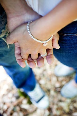 verlobt: Junge Paare, die gerade beschäftigt