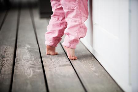 piedi nudi di bambine: Bambina raggiungendo fino